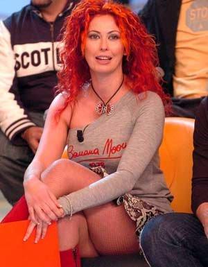 La rossa Angela Sozio, ex  del GF3, tra le protagoniste della paparazzata-scandalo a Villa Certosa causa scatenante della reprimenda infuocata che Veronica Lario consegnò alla stampa all'indirizzo del marito